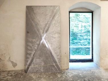 In principio è la Terra, veduta della mostra (Paolo Icaro Courtesy Lorenzelli Arte, Milano), Forte di Gavi (AL), Gavi Foto di Andrea Repetto