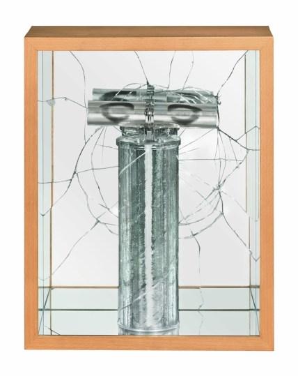 José Barrias, Detonador Visual (Detonatore Visivo), 2000, vestigia, materiali vari, 38x30x13 cm Foto di Sara Rizzo