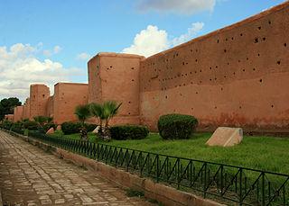 Je me demandais pourquoi les maisons au Maroc (Marrakech) sont de la couleur du sable ? Merci