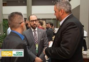 Ao centro, Vitor Elísio Menezes superintendente da Anatel com Nelson Fujimoto e Fábio Abreu da CEMIGTelecom.