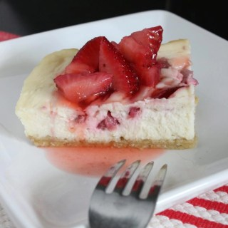 You're going to love the slightly tangy flavors of key lime mixed with the sweetness of the strawberries in these Strawberry Key Lime Cheesecake Bars! | EverydayMadeFresh.com