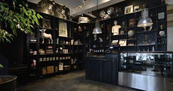 伊日美學生活台南空間,一F日光大道健康廚坊的巨大書牆,猶如現代版的奇珍異物博物館