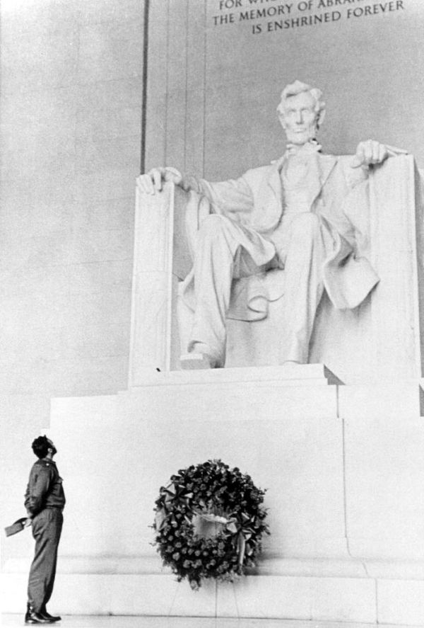 Fidel Castro lays a wreath at the Lincoln Memorial