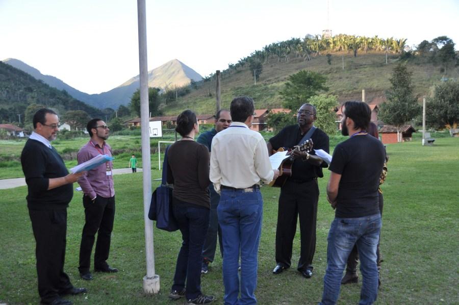 Grupo de louvor formado por várias regiões ensaia ao ar livre no IMForM