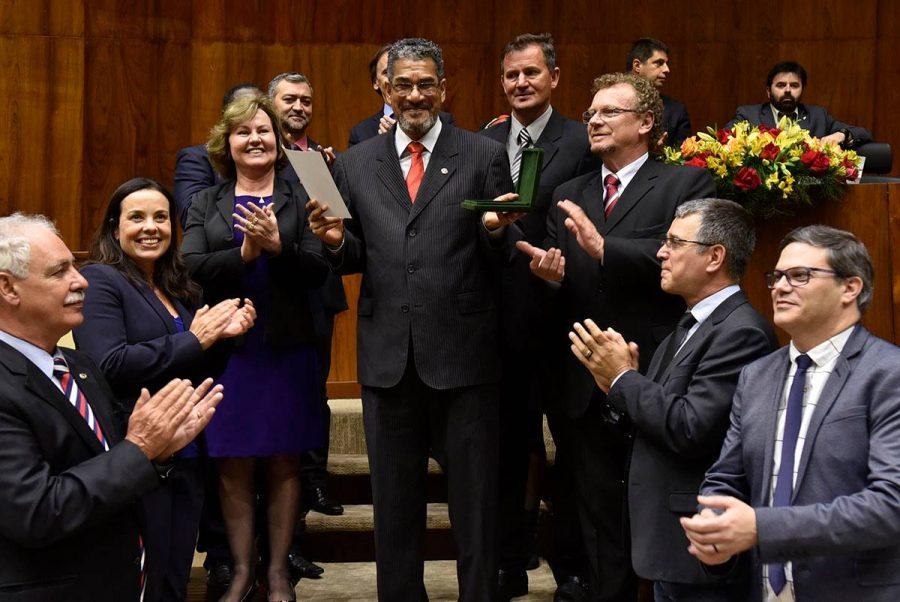 Bispo Luiz Vergílio Batista da Rosa recebe Medalha Zumbi dos Palmares na ALRS