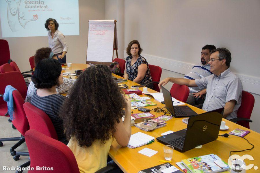 Departamento de Escola Dominical recebe equipe de redação em São Paulo