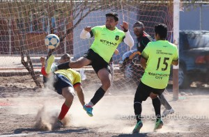 MEXICALI B.C. ENERO 24, Imagenes durante encuentro final entre Hacienda del Rio y Los Promotores, de la liga Obrera de futbol de Mexicali en el campo de la unidad deportiva del Pedregal  Foto (Victor Medina/ExpresoDeportivo)