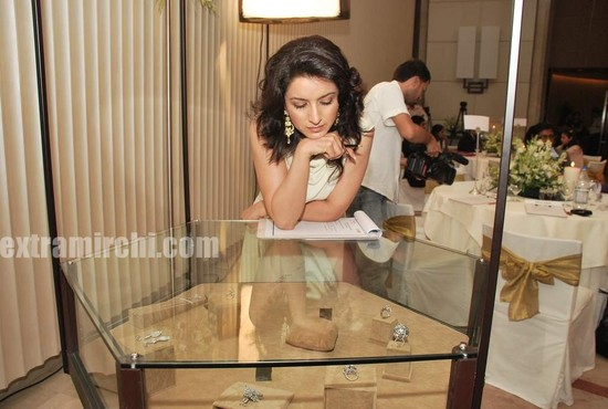 Tisca-Chopra-at-Gemfields-Retial-Jeweller-India-awards-3.jpg