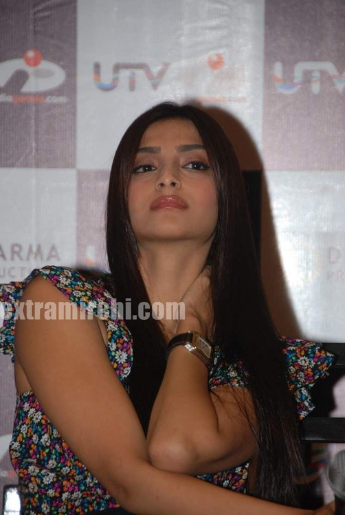 Sonam-and-Imran-at-I-Hate-Love-Stories-game-launch-3.jpg