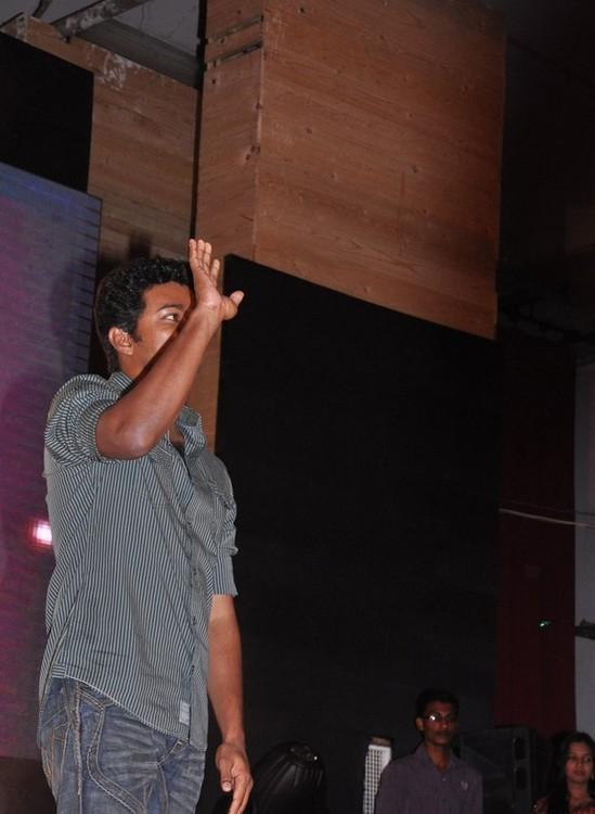 Vijay-at-Velayudham-pooja-1.jpg