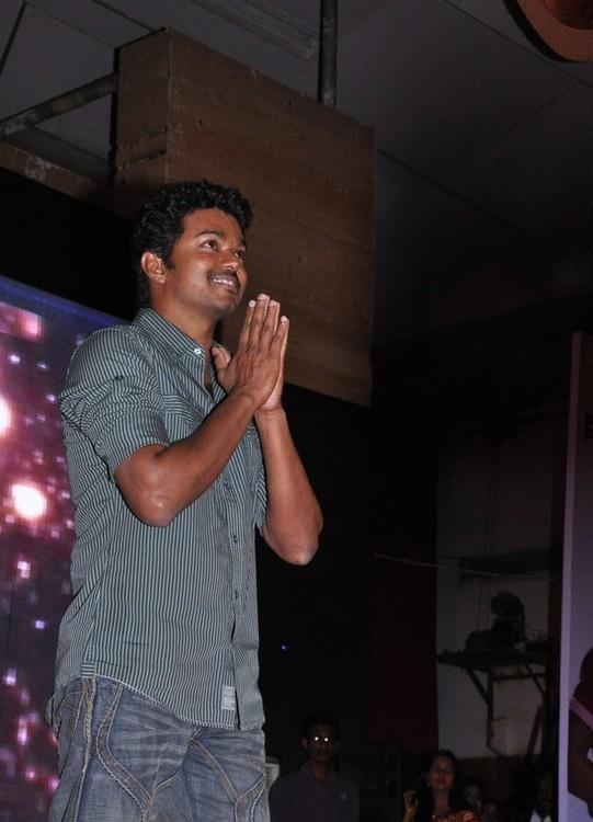 Vijay-at-Velayudham-pooja.jpg