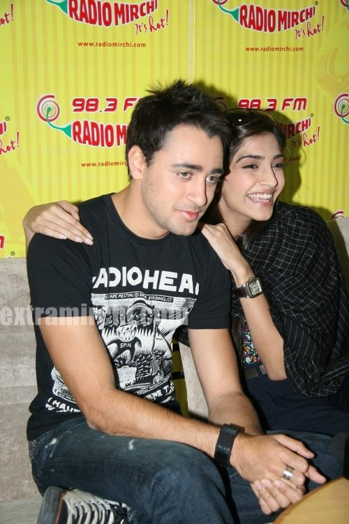 beautiful-Sonam-and-Imran-at-Radio-Mirchi-at-Lower-Parel-5.jpg
