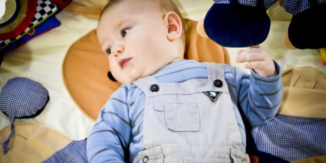 bébé avec jeux montessori