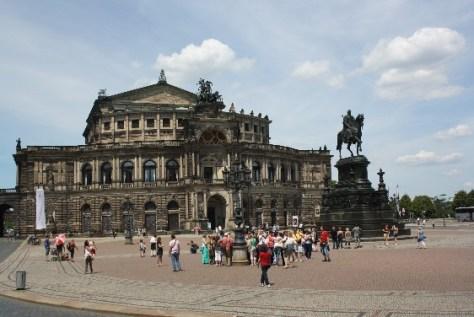 Zum dritten Mal erbaut: die Semper-Oper mit der Panther-Quadriga.