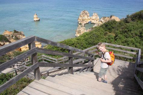 Und auch die Jungs haben immer noch Spaß daran, Neues zu erkunden (hier auf dem Weg zu einem unserer Lieblingsstrände an der Algarve, Portugal).