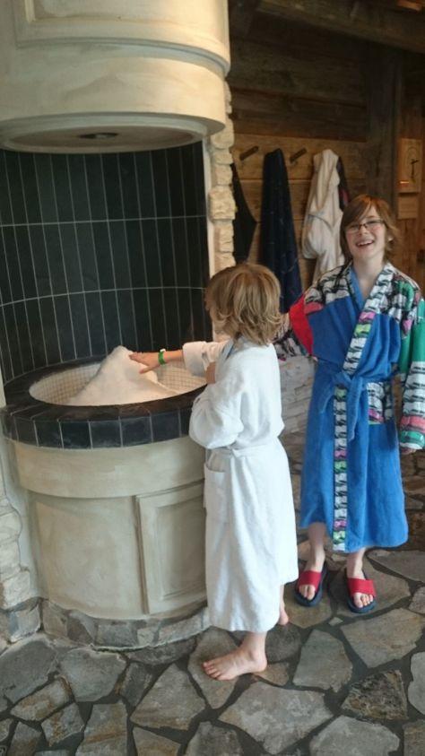 Für Entdeckungen sind unsere Jungs immer zu haben - den Eisspender im Saunabereich fanden sie unheimlich faszinierend. Aber zu überzeugten Wellness-Kindern werden sie so schnell dann doch nicht, fürchte ich.