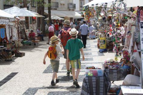Familienurlaub an der Algarve: An touristische Bedürfnisse in Sachen Kitsch ist jedenfalls ausreichend gedacht.