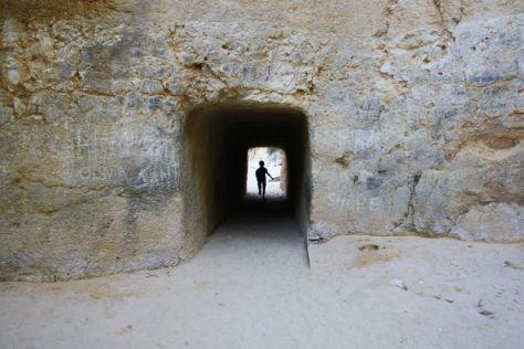 Ein kurzer Tunnel verbindet die beiden kleinen Buchten des Praia do Camilo.