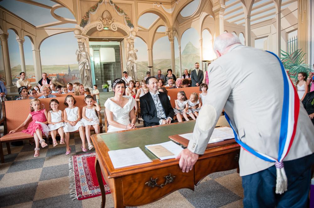 Uun mariage civil à la mairie de clermont-ferrand.