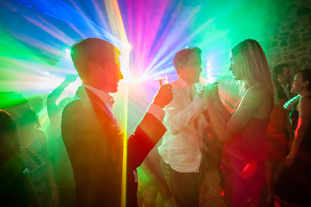 Ambiance lumineuse pendant la danse d'un mariage en auvergne.