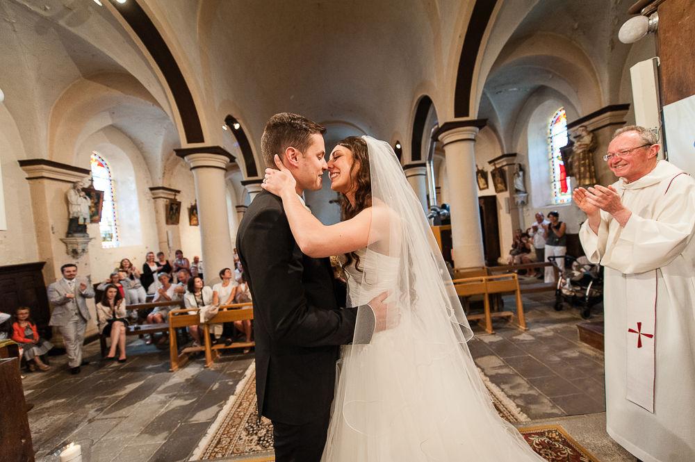 Baiser des mariés à l'église de vitrac en auvergne.