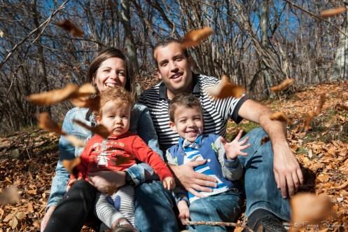 Photographie de famille ludique, dynamique et originale grâce à un jeté de feuilles. Extrait d'une séance de portrait de famille en extérieur par un photographe professionnel à clermont-ferrand.