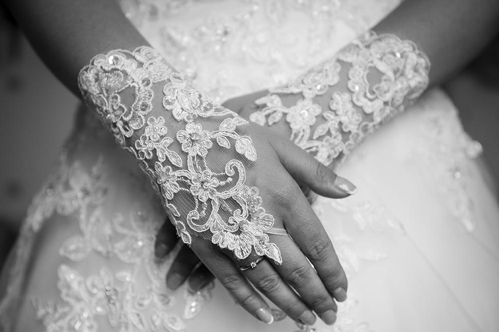 Les préparatifs de la mariée sont l'occasion de réaliser de belles photos de la robe et des détails.