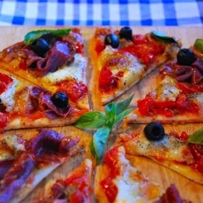 Pizza tomates cerises-mozzarella-coppa