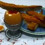 Œufs à la coque, mouillettes au safran