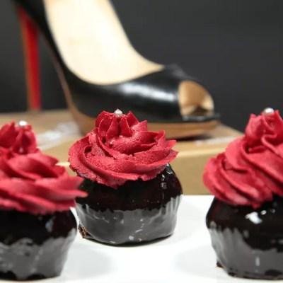 Cupcakes Louboutin (cupcakes chocolat noirs brillants, glaçage vanille rouge)