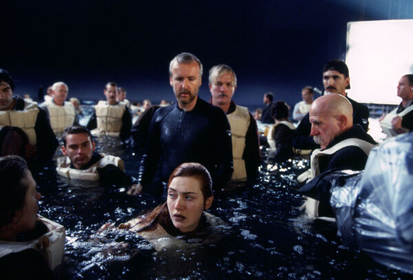 kate-winslet-middle-front-with-James-cameron-TITANIC-set