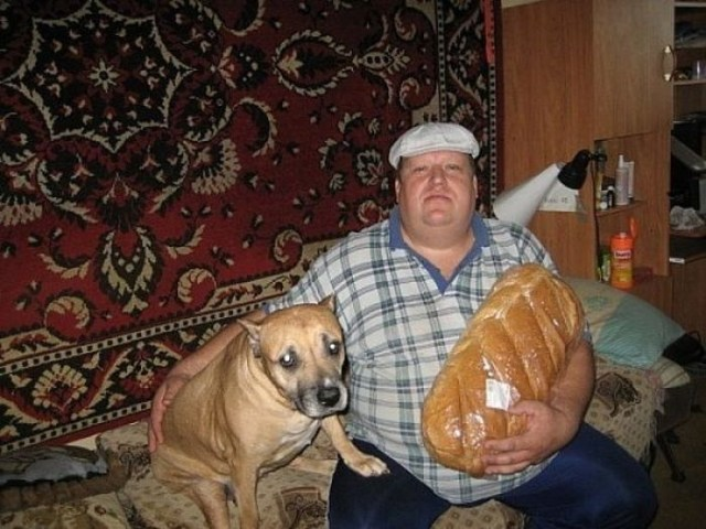 Hilarious-Russian-Photos-Big-Man-Big-Bread-Worried-Dog