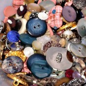 Button-Covered Christmas Ornament to Make with a Preschooler