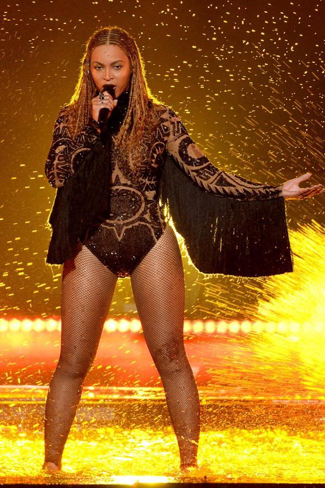 Beyonc     wins 8 gongs at the Video Music Awards 2016 Beyonc