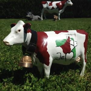 Petite vache tête droite avec cloche