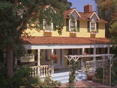 The Dragonfly Inn as seen in Stars Hollow, CT (aka the WB lot).
