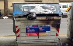 Firenze, in azione il piromane dei cassonetti. Cinque «colpi» in una notte