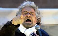 Grillo attacca Renzi: «Ebetino in ginocchio a Berlino»