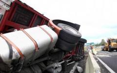 Tir si ribalta in autostrada, code e tamponamenti