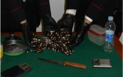 Sotterra 1 kg di hashish in giardino, arrestato