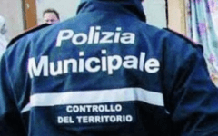 Sequestrate 300 borse contraffatte, blitz in Versilia