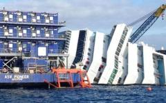 Concordia: blitz di Legambiente e striscione davanti al relitto