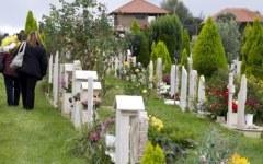 Depliant pubblicitari di tombe al cimitero, scatta la multa