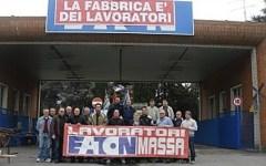 Lavoro, gli operai della ex Eaton occupano l'atrio della fabbrica