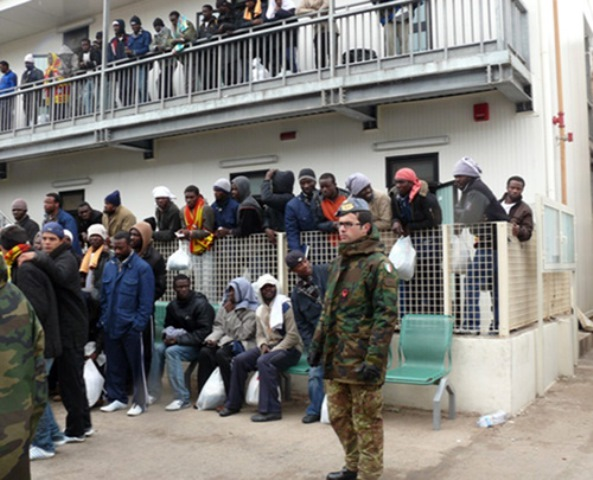 Immigrati nel centro di accoglienza di Lampedusa
