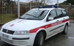 Prato, vigilessa sanzionata: in ritardo al lavoro per aver accompagnato la figlia all'asilo