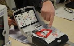 Natale, azienda fiorentina anzichè regali dona defifrillatori alle scuole