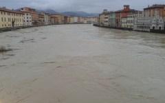 Arno,  rischio di tracimazione a Pisa, paura a Firenze