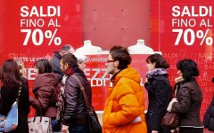 Saldi: per Confcommercio valgono 5,6 miliardi. Ogni famiglia spenderà 346 euro