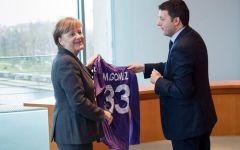 Renzi dalla Merkel con la maglia di Gomez. E Mario la invita Firenze